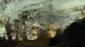 Stalactieten en stalagmieten bij het Hol van Phong Nha stock videobeelden
