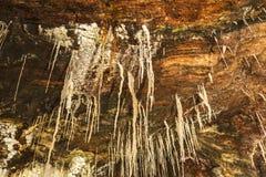 Stalactieten en stalagmieten in een zoutmijn, Spanje Stock Fotografie
