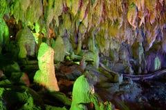 Stalactieten en stalagmieten in hol Stock Afbeeldingen