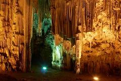 Stalactites émouvantes de jeune femme. Caverne de Melidoni Photos stock