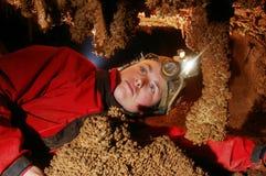 Stalactites admiratives de Caver photos stock