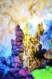 Stalactites colorées dans la caverne photographie stock libre de droits