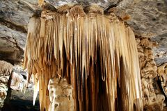 Stalactites dans la caverne photo libre de droits