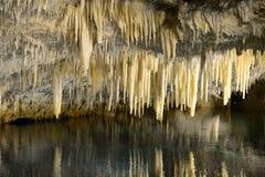 Stalactites dans une caverne souterraine Image libre de droits