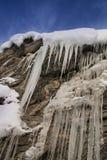 Stalactites de glace sous le ciel bleu image libre de droits