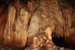 Stalactites em uma caverna imagem de stock
