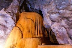 Stalactites et stalagmites de caverne image libre de droits