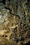 Stalactites i en grotta Arkivfoto