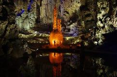 Stalagmieten en stalactieten in een hol, China royalty-vrije stock foto's
