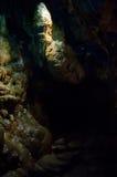 Stalagmit och flowstone i grotta royaltyfri fotografi