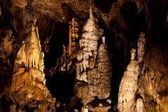 Stalagmit och flowstones i en grotta Royaltyfria Foton