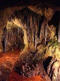 Stalagmit och stalaktit i en grotta Arkivbilder