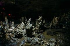 Stalagmite in grande corridoio spaventoso scuro della caverna naturale sotterranea Fotografia Stock