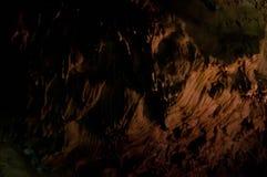 Stalaktit och flowstone i mörk grotta royaltyfri bild