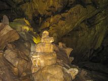 Stalaktit och stalagmit i den Novy Afon grottan Arkivbild