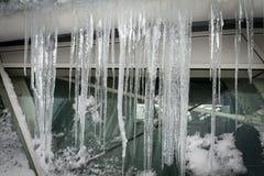 Stalaktiten auf einem gefrorenen Fenster Lizenzfreie Stockbilder