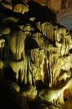Stalattiti di Spotlit in una caverna che forma le forme grottesche Fotografia Stock Libera da Diritti