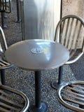 Stali Nierdzewnej kawiarni krzesła i stół Fotografia Stock