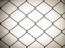 Stali sieci ogrodzenie z plamy tłem Fotografia Stock