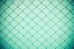 Stali sieci ogrodzenie z plamy tłem Zdjęcia Stock