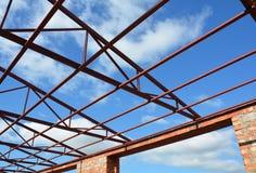 Stali trusses dachowi szczegóły tła błękitny chmur betonowy fabryczny dom wśrodku słupa dachu siedzącej nieba stali trusses widok Fotografia Stock
