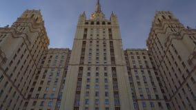 Stalin ` s drapacz chmur moscow Gwiazda na wierzchołku Symetryczny przygotowania góruje zbiory wideo