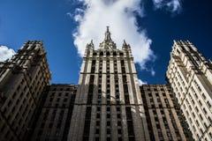Stalin-` s Wolkenkratzer und blauer Himmel lizenzfreies stockbild