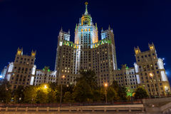 Stalin skyskrapa - bostads- byggnad på den Kotelnicheskaya embaen Royaltyfri Foto