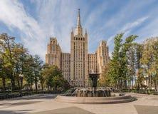 Stalin skyskrapa på den Kudrinskaya fyrkanten Arkivbild