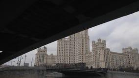 Stalin Vysotka en la opinión del terraplén de Kotelnicheskaya del río de Moscú Último otoño en los muelles del capital navigable almacen de metraje de vídeo