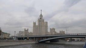 Stalin Vysotka na opinião da terraplenagem de Kotelnicheskaya do rio de Moscou outono atrasado nos cais do capital navigable filme