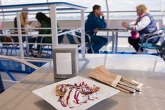 stalingrad Desayuno de Rusia 11 de mayo de 2017 en la cubierta de la tabla de un barco de placer en el fondo de la gente que se s Fotografía de archivo libre de regalías
