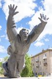 stalingrad Rusia - 3 de junio de 2017 La escultura conmemorativa de la batalla de Stalingrad, fijó sobre el terreno la muerte de  Imágenes de archivo libres de regalías
