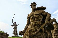 STALINGRAD, RUSIA - 3 de mayo de 2017: Stalingrad Rusia puede 2017 - escultura de un soldado soviético Foto de archivo libre de regalías
