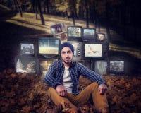 Stalker berg av gamla tv:ar på bakgrund Royaltyfria Bilder
