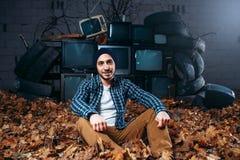 Stalker berg av gamla tv:ar på bakgrund Royaltyfri Bild