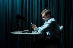 Stalker die zijn slachtoffer roepen royalty-vrije stock afbeelding
