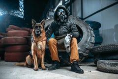 Stalker i gasmasken och hunden, stolpe-apokalyps Fotografering för Bildbyråer