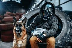 Stalker i gasmasken och hunden, stolpe-apokalyps Royaltyfri Foto