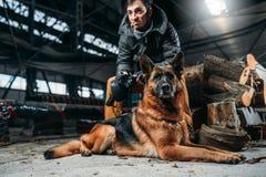 Stalker och hund, vänner i apokalyptisk värld för stolpe Royaltyfri Bild