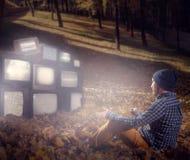 Stalkeren handelsresande ser berget av gamla tv:ar Royaltyfri Foto