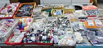 Stall av en gatuförsäljare med småaktig varor Royaltyfri Bild