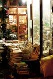 Stall för gamla böcker som är till salu i Taksim område Istanbul Arkivbilder