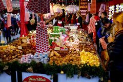 Stall för julmarknadskonfekt Royaltyfri Bild