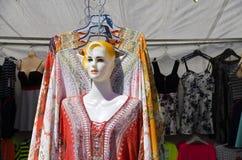 Stall för kläder med skyltdockadockan Arkivbilder