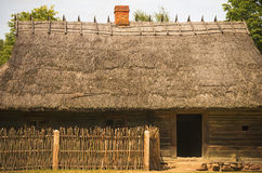 Stall für die Vieh typisch für litauisches Dorf des 19. Jahrhunderts Stockfotografie