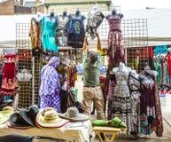 Stall am französischen Markt auf Decatur-Straße in New Orleans Stockbilder