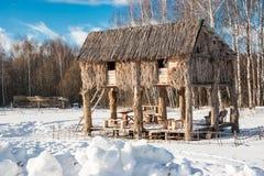 Stall im Winterwald Lizenzfreie Stockfotos