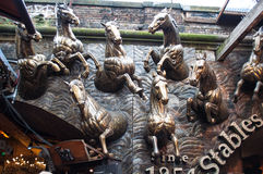 Stall-Markteintritt, der Pferde kennzeichnet Stockfotos