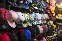 Stall med hattar i den Hua Hin nattmarknaden, Thailand Royaltyfri Bild